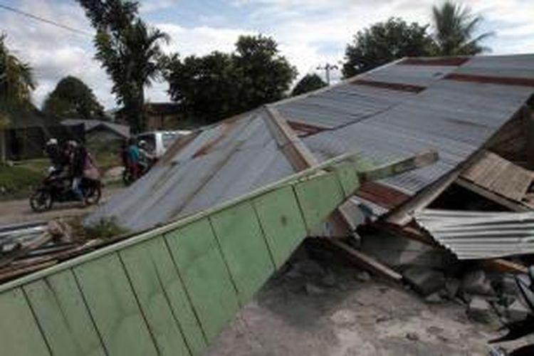 Rumah warga yang ambruk diguncang gempa bumi di Blang Mancung, Aceh, 3 Juli 2013. Gempa berkekuatan 6.2 SR yang terjadi 2 Juli di Aceh, menghancurkan rumah dan mengakibatkan tanah longsor. 24 orang tewas dan ratusan terluka.