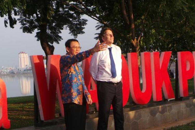 Gubernur DKI Jakarta Basuki Tjahaja Purnama dengan Menteri Luar Negeri Belanda Bert Koenders saat berkeiling di Waduk Pluit, Kamis (24/3/2016).