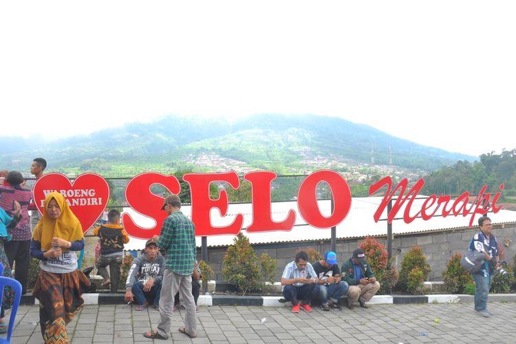 Gardu pandang untuk melihat Gunung Merapi di Desa Samiran, Selo, Boyolali.