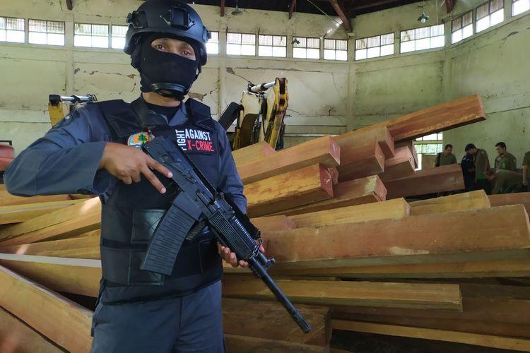 Kayu ilegal yang diamankan petugas Gakkum KLHK Kalimantan di gudang penampungan di Samarinda, Senin (25/11/2019).