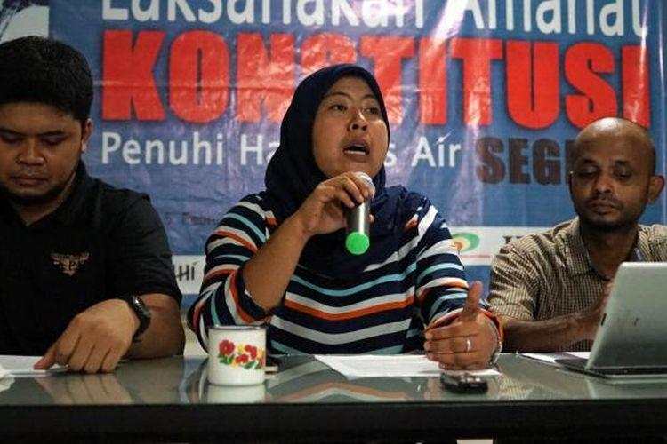 Ketua Solidaritas Perempuan Puspa Dewi dalam sebuah diskusi terkait RUU Sumber Daya Air di kantor Konsorsium Pembaruan Agraria, Pancoran, Jakarta Selatan, Minggu (5/2/2017).