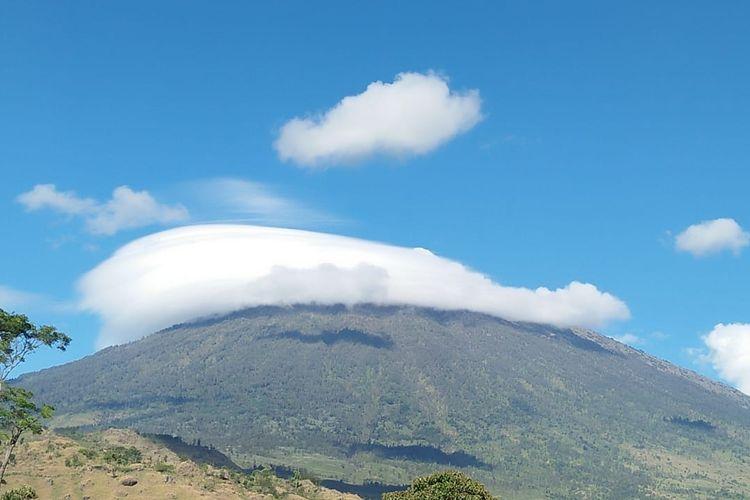 Topi awan yang muncul di Gunung Rinjani pada bulan September 2018.