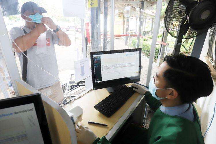 Pemeriksaan GeNose di salah satu dari 12 stasiun KA yang saat ini sudah melayani fasilitas tersebut (dok. PT Kereta Api Indonesia).