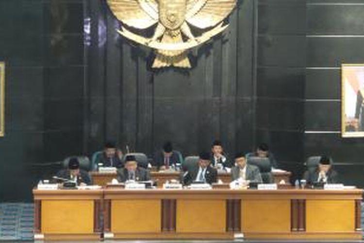 Para pimpinan DPRD DKI saat mendengarkan pidato Gubernur DKI Jakarta Basuki Tjahaja Purnama tentang rancangan anggaran pendapatan dan belanja daerah (RAPBD) 2015, di Gedung DPRD DKI, Senin (12/1/2015)