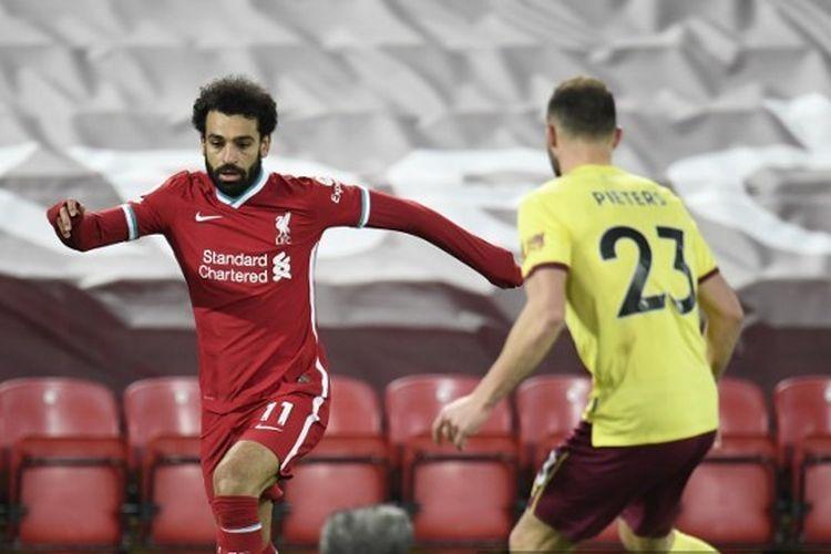 Mohamed Salah (kiri) dan Erik Pieters berebut bola dalam pertandingan Liverpool vs Burnley pada laga tunda pekan ke-18 Liga Inggris di Stadion Anfield, Jumat (22/1/2021) dini hari WIB.