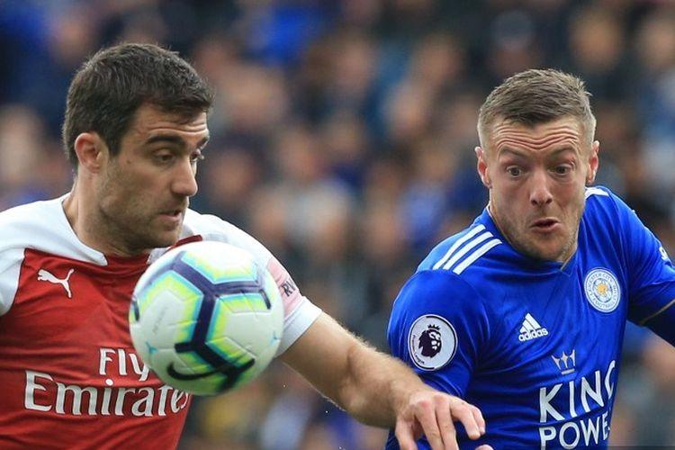 Jamie Vardy dijaga Sokratis Papastathopoulos pada pertandingan Liga Inggris, Leicester City vs Arsenal, di Stadion King Power, 28 April 2019.
