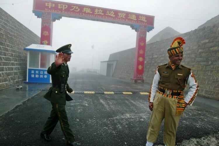 Seorang prajurit China dan India di pintu perbatasan Nathu La di negara bagian Sikkim, wilayah timur laut India.