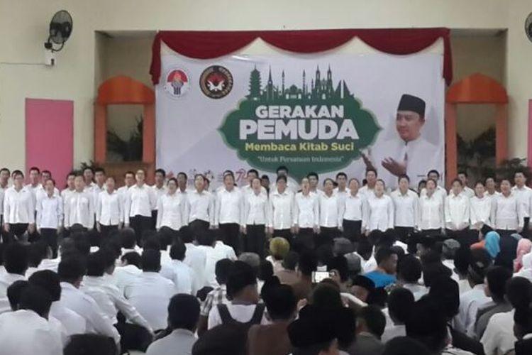 Ratusan pemuda lintas agama mulai dari Islam, Kristen Protestan, Kristen Katolik, Budha, Hindu berkumpul menjadi satu dalam Gerakan Pemuda Membaca Kitab Suci (GPMKS) di Pendopoan Perumahan Dinas Bupati Kabupaten Ogan Ilir (OI), Sumatera Selatan, Selasa, (7/1/2017).?