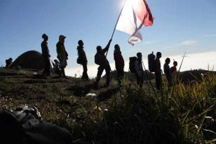 Para pemuda menikmati pemandangan dari atas Gunung Prau, Dieng, Jawa Tengah