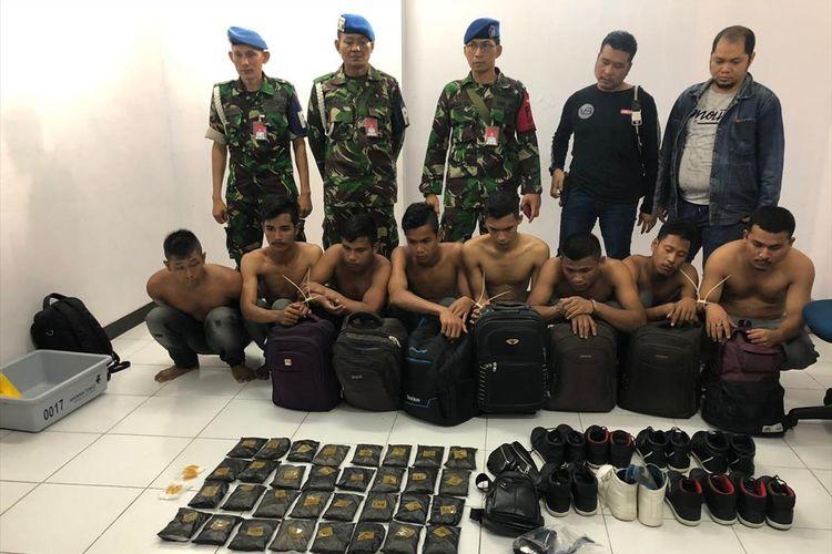 Petugas Bandara Sultan syarif kasim Pekanbaru mengamankan delapan calon penumpang membawa sabu yang disimpan dalam sepatu