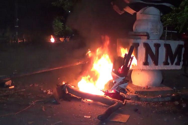 Suasana bentrokan di depan Kampus Universitas Negeri Makassar (UNM) Jalan Andi Pangerang Pettarani, Makassar, Sulawesi Selatan. Kamis, (22/10/2020).