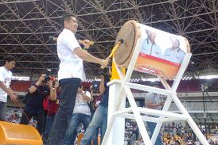Calo wakil presiden RI dari Partai Hati Nurani Rakyat, Hary Tanoesoedibjo, menabuh beduk pada acara Kenduri Akbar Partai Hanura di Stadion Utama Gelora Bung Karno, Jakarta, Sabtu (5/4/2014) sore sebagai tanda berakhirnya rangkaian kampanye jelang Pemilu Legislatif pada 9 April 2014.
