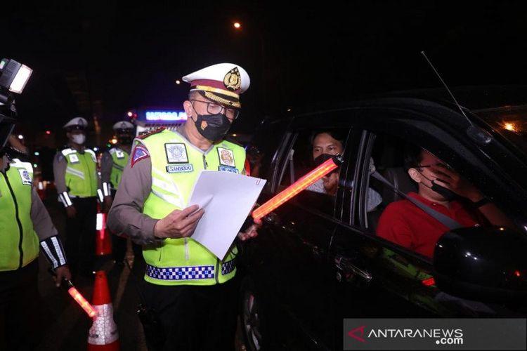 Dirlantas Polda Metro Jaya Kombes Pol. Sambodo Purnomo Yogo memimpin Operasi Kepolisian Ketupat Jaya 2021 dalam rangka Penyekatan Jalan Tol untuk Larangan Mudik Lebaran Tahun 2021 di Titik penyekatan Cikarang Barat, Kamis (13/5/2021) dini hari.