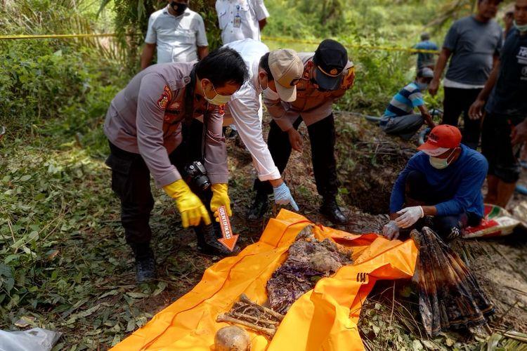 Kapolsek Pamenang Iptu Fatkur Rohman saat melakukan evakuasi mayat Sukarni dari dalam sumur sedalam 2,5 meter.