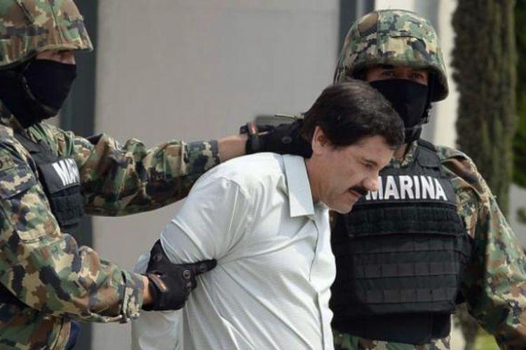 Dua prajurit marinir Meksiko, menggiring gembong kartel obat bius Sinaloa, Joaquin El Chapo Guzman yang dibekuk di kota Mazatlkan, Meksiko, Sabtu (22/2/2014).