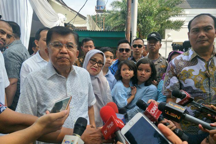 Wapres Jusuf Kalla usai mencoblos di TPS 004 RW 002 Kelurahan Pulo, Kebayoran Baru, Jakarta Selatan