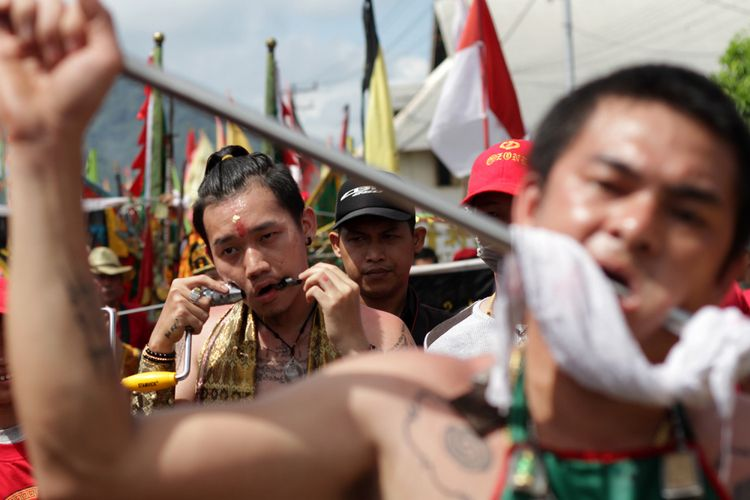 Aksi para Tatung dalam Cap Go Meh 2569 di Singkawang, Kalimantan Barat (2/3/2018)