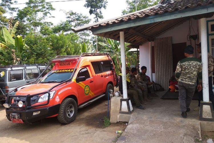 Suasana posko pencarian pendaki yang dilaporkan tewas di Dusun Tawongsongo, Kabupaten Lumajang