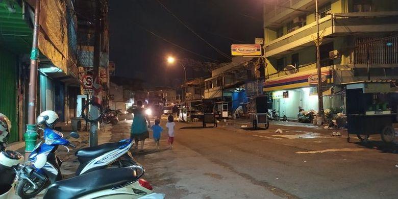 Pasar Lama Kota Tangerang sepi dari pedagang dan masyarakat umum karena penerapan PPKM, Selasa (12/1/2021) malam. (KOMPAS.com/MUHAMMAD NAUFAL)