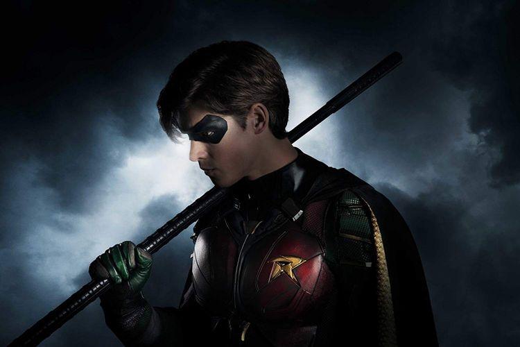 Brenton Thwaites beraksi sebagai Robin dalam serial Titans (2018)