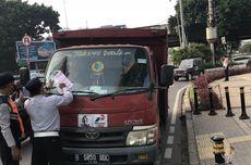 Pakai Pelat Hitam Bernopol Genap, Truk Pengangkut Elpiji Ditilang di Jalan Fatmawati