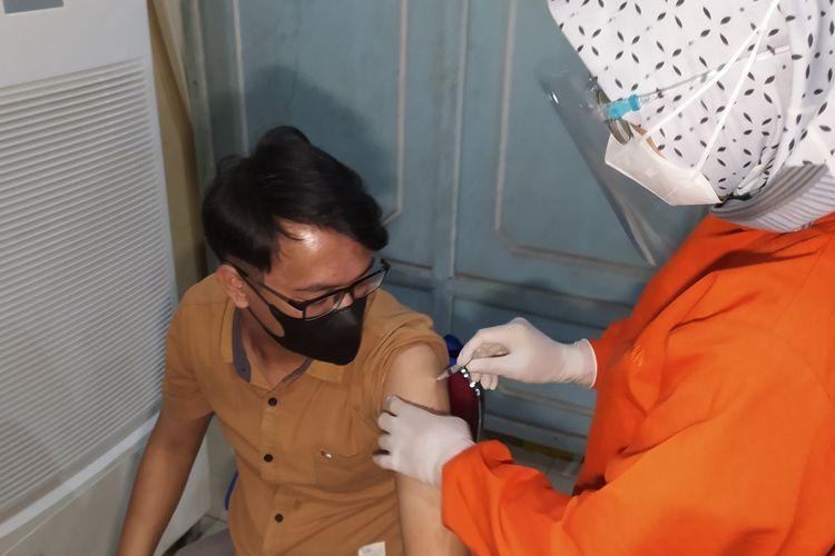 Vaksinasi Covid-19 untuk mahasiswa di Graha Widyatama Unsoed Purwokerto, Kabupaten Banyumas, Jawa Tengah, Kamis (5/8/2021).
