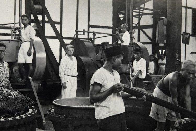 Perkebunan gutta percha Cipetir sudah ada sejak 1885, namun pabriknya baru dibangun dan mulai beroperasi pada tahun 1921. Foto ini diabadikan sekitar tahun 1925-1937.