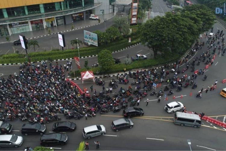 Kemacetan lalu lintas terjadi di Bundaran Waru atau tepatnya di perbatasan Surabaya dan Sidoarjo, Jawa Timur, saat hari pertama Pembatasan Sosial Berskala Besar di Kota Pahlawan, Selasa (28/4/2020)