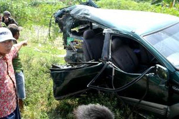 Warga melihat minibus yang tertabrak di perlintasan tanpa palang pintu di Desa Sidoharjo, Suradadi Tegal, Jawa Tengah. Akibat kejadian ini tiga orang tewas dan empat lainnya mengalami luka-luka.