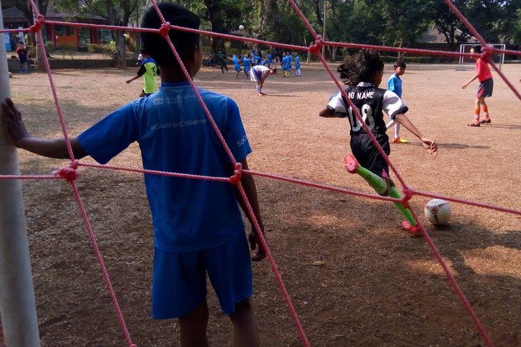 Anak-anak dari SOS Childrens Villages Cibubur Jakarta Timur bersiap mengikuti pelatihan dasar sepak bola (coaching clinic) dari klub sepak bola Persita Tangerang di lapangan sepak bola SOS Childrens Villages Cibubur, Minggu (4/11/2019).