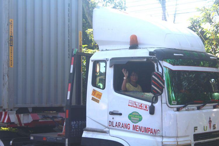 Imah Suswanti bersiap untuk melanjutkan pekerjaanya menjadi sopir truk trailer di Jalan Raya Lawang, Kabupaten Malang, Jumat (20/4/2018).