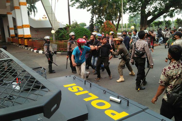 Salah satu demonstran yang diamankan polisi dan satpol PP saat pecah kerusuhan di depan gedung DPRD Lampung