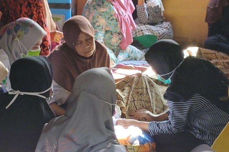 Ibunda Wiwin A Gani menangis sedih di hadapan jenazah anaknya yang tewas tenggelam saat hendak ziarah ke makam salah satu tokoh penyebar aagama islam di desanya.