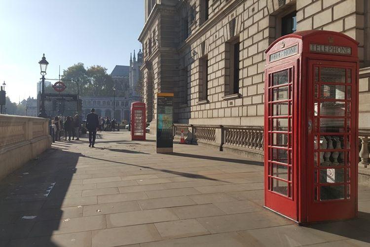 Red telephone box di kawasan Westminster, tempat Elizabeth Tower dan Big Ben, ikon ternama di London, Inggris, berada. Renovasi sudah dimulai sejak Agustus 2017 lalu dan dijadwalkan rampung pada tahun 2021.
