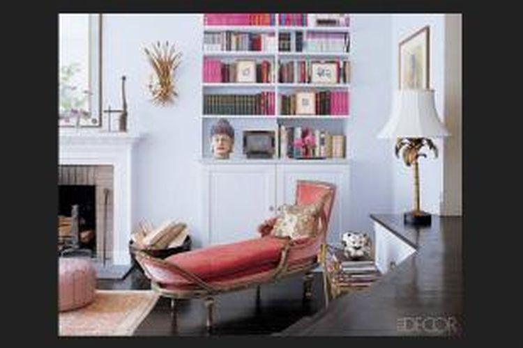 Bushnell menyisipkan cukup banyak buku berwarna merah muda pada rak bukunya, dan mengisi ruang membaca dengan beberapa tempat duduk berwarna merah muda yang lembut.