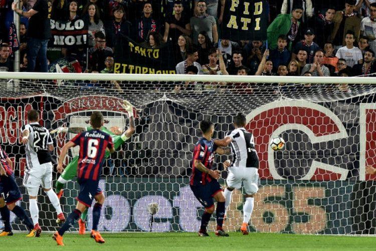 Kiper Crotone, Alex Cordaz (ketiga dari kiri), tak mampu menepis sundulan bek Juventus, Alex Sandro, dalam laga Liga Italia di Stadion Ezio Scida, Crotone pada 18 April 2018.