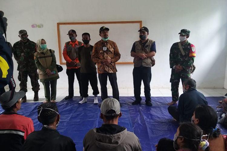 Wakil Bupati Garut Helmi Budiman saat menemui warga terdampak longsoran di Talegong yang mrngungsi di gedung SMPN 1 Talegong, Kamis (3/12/2020) (Dok Humas Pemkab Garut)