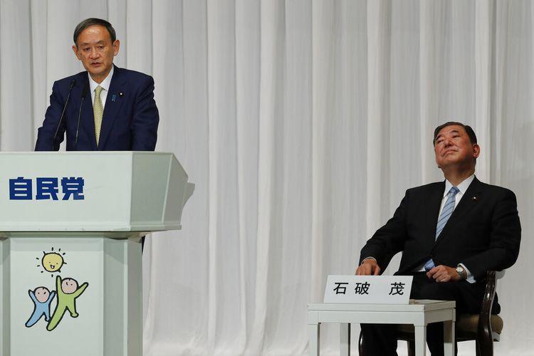 Ketua Sekretaris Kabinet Jepang Yoshihide Suga (kiri), dan mantan Menteri Pertahanan Shigeru Ishiba menghadiri sesi debat pada pemilihan Ketua Partai Demokratik Liberal (LDP) di Tokyo, pada 8 September 2020. Dia memenangkan pemilihan dan hampir pasti menjadi Perdana Menteri Jepang menggantikan Shinzo Abe.