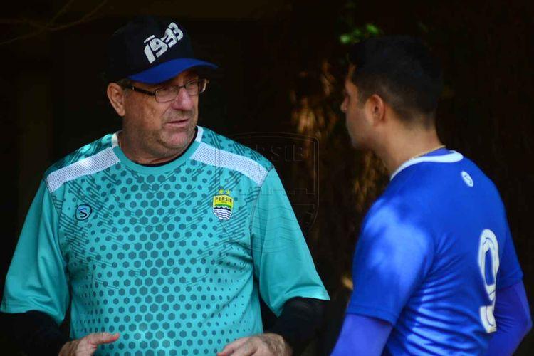 Pelatih Persib Bandung, Robert Rene Alberts, berbincang dengan Esteban Vizcarra (kanan) saat sesi latihan di Lapangan Saraga ITB, Bandung, Jawa Barat, Kamis (27/6/2019).