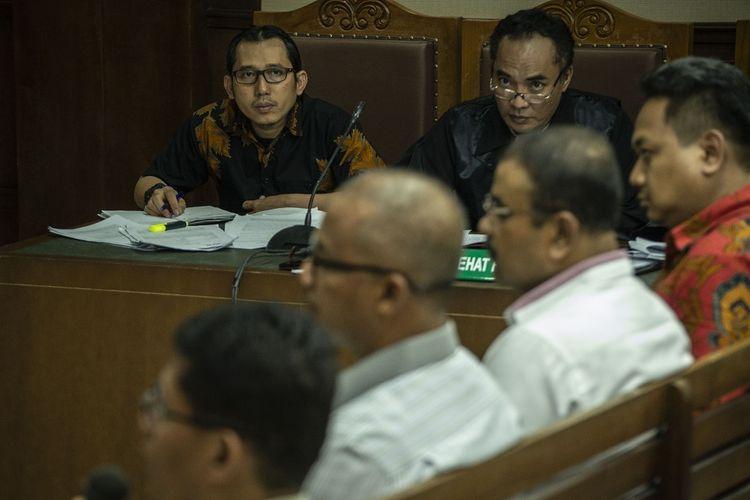 Terdakwa mantan Kasi Pengembangan Pendanaan Kawasan Perumahan dan Pemukiman, Direktorat Jenderal Perimbangan Keuangan, Kementerian Keuangan, Yaya Purnomo (kiri) menjalani sidang lanjutan kasus dugaan suap usulan dana perimbangan keuangan daerah pada RAPBNP TA 2018 di Pengadilan Tipikor, Jakarta, Kamis (3/1/2019). Persidangan tersebut beragendakan mendengarkan keterangan saksi dari Jaksa Penuntut Umum KPK. ANTARA FOTO/Aprillio Akbar/pd.