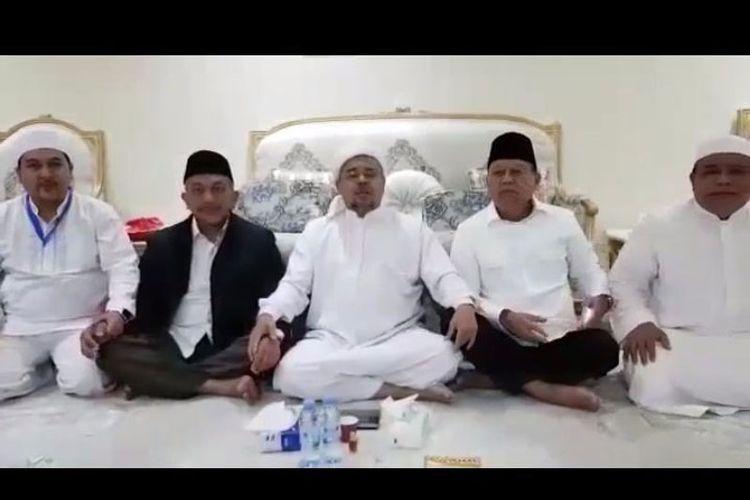 Imam Besar FPI Rizieq Shihab (tengah) diapit Sudrajat (dua dari kanan) dan Ahma Syaikhu (dua dari kiri) saat berada di Mekah.
