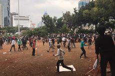 Demo Mulai Rusuh, Polisi Tembakkan Gas Air Mata dan Susun Barikade