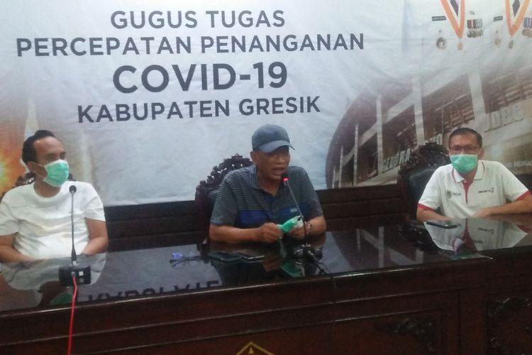 Bupati Gresik Sambari Halim Radianto (tengah) saat memberikan keterangan kepada awak media di gedung Pemkab Gresik, Rabu (28/10/2020).