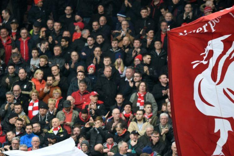 Suporter Liverpool FC ketika sedang menanti kick-off partai Liga Inggris lawan Burnley di Anfield, Liverpool, 12 Maret 2017.
