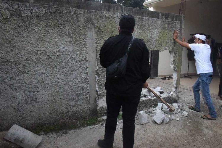 Anggota DPRD Dedi Mulyadi membongkar tembok beton yang membelah jalan sehingga menghalangi garasi satu rumah warga di Kompleks Puskopad, Kelurahan Ciseureuh, Kecamatan Purwakarta, Kabupaten Purwakarta.