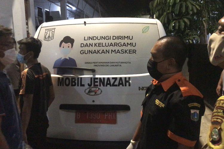 Korban tewas akibat gantung diri, SN dibawa dari lokasi kejadian di rumahnya di Jalan Damai 74 RT 03 RW 06 Cipedak, Jagakarsa, Jakarta Selatan menggunakan mobil ambulans ke Rumah Sakit Umum Pusat (RSUP) Fatmawati pada Selasa (12/10/2021) malam.