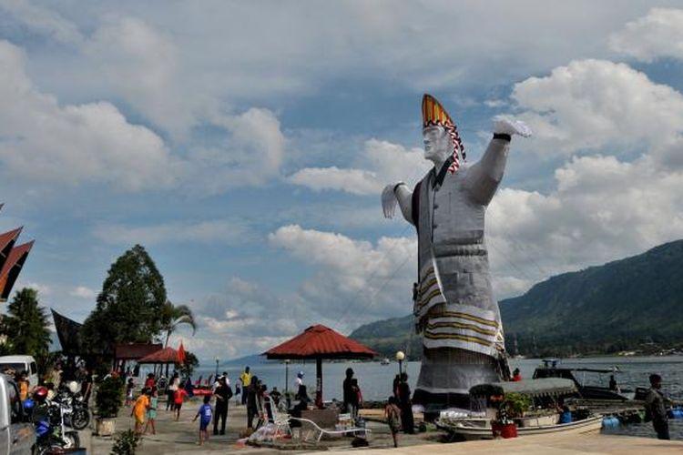 Boneka sigale-gale raksasa hendak dilarung di Danau Toba, Samosir, Sumatera Utara, Sabtu (7/9/2014).