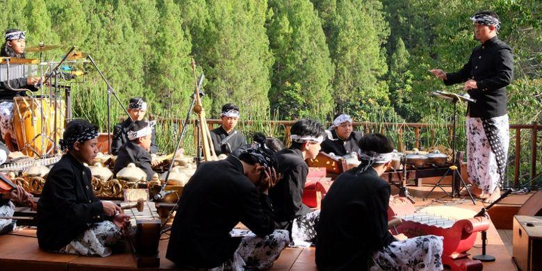Orkes gamelan sunda di pagelaran Sendratari Sangkuriang di The Lodge Maribaya, Bandung.
