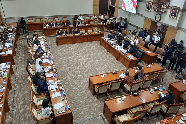 Komisi III DPR rapat kerja dengan Menteri Hukum dan HAM Yasonna Laoly di Kompleks Parlemen, Senayan, Jakarta, Senin (24/2/2020).