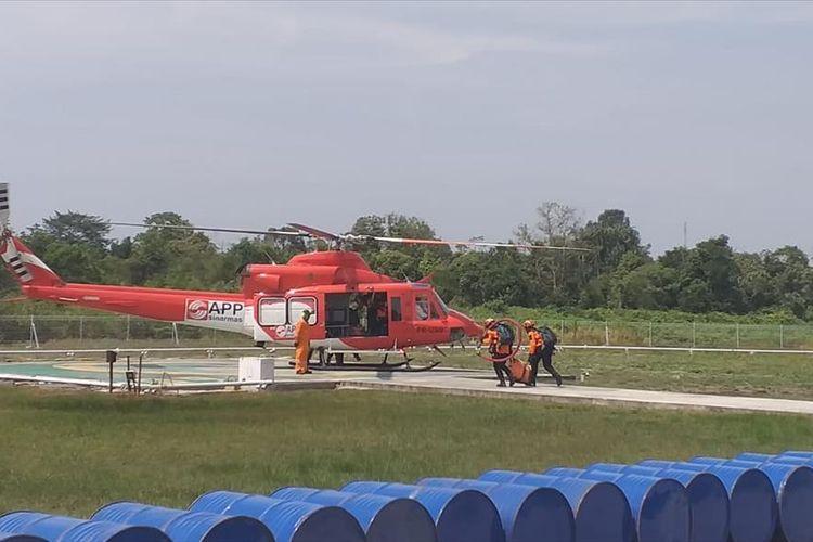 Regu pemadam kebakaran PT Sinarmas persiapan melakukan patroli karhutla menggunakan helikopter, Kamis (25/7/2019).